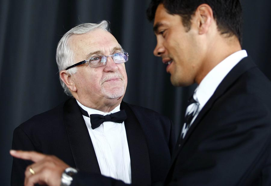 Peter Leitch (The Mad Butcher) talks to Kiwi League coach Stephen Kearney. Trillian Trust Maori Sports Awards, Manukau Events Centre, Auckland. Saturday 5 December 2009. Photo: Simon Watts/PHOTOSPORT