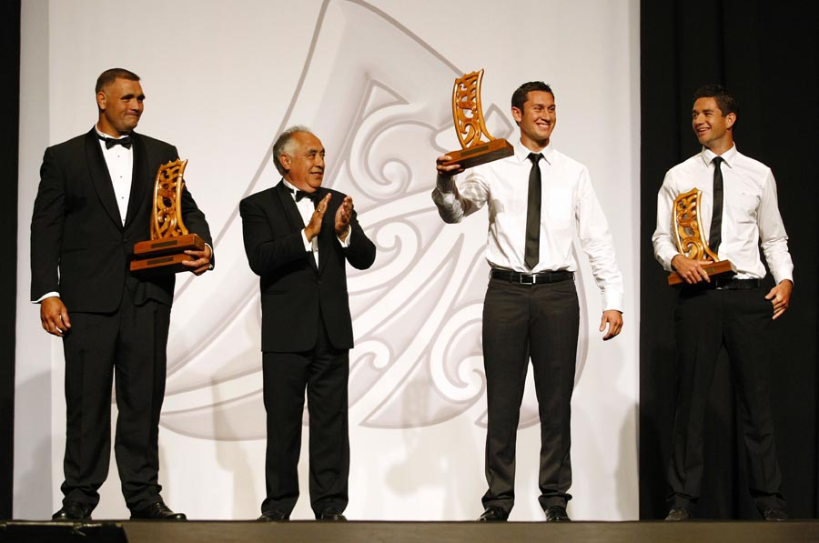 Maori World Champions L_R; Jason Wynyard (wood chopping), presenter Leith Comer (CEO, Te Puni Kokiri), Jade and Storm Uru (rowing). Trillian Trust Maori Sports Awards, Manukau Events Centre, Auckland. Saturday 5 December 2009. Photo: Simon Watts/PHOTOSPORT
