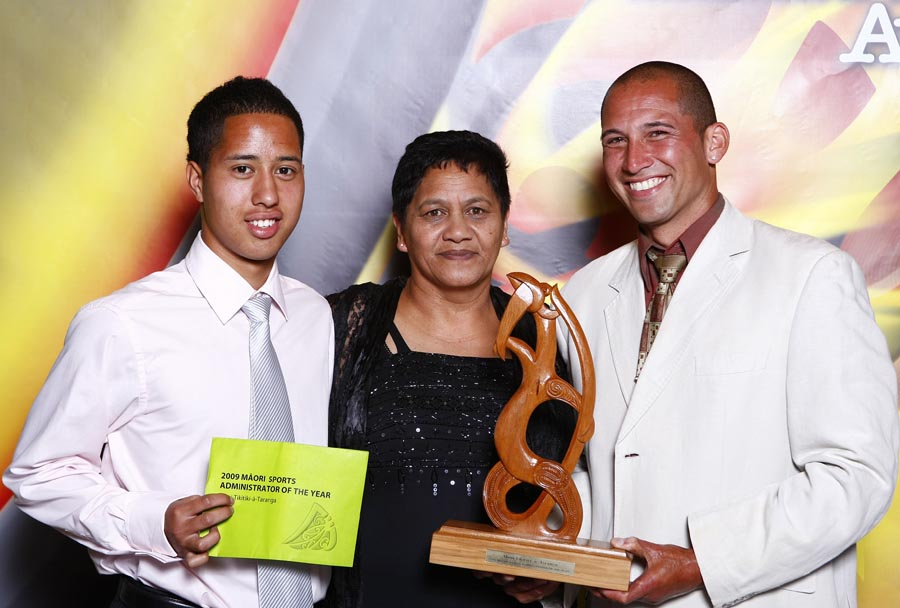 Maori Sports Admisistrator Award winner Philip Parker (football) with award sponsor Evelyn Taumaunu. Trillian Trust Maori Sports Awards, Manukau Events Centre, Auckland. Saturday 5 December 2009. Photo: Simon Watts/PHOTOSPORT
