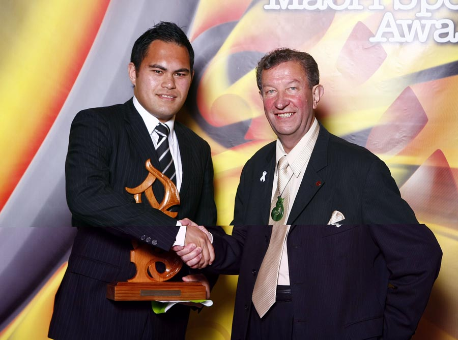 Maori Umpire/Referee of the Year winner Sheldon Eden-Whaitiri (rugby) with sponsor Trevor Maxwell. Trillian Trust Maori Sports Awards, Manukau Events Centre, Auckland. Saturday 5 December 2009. Photo: Simon Watts/PHOTOSPORT