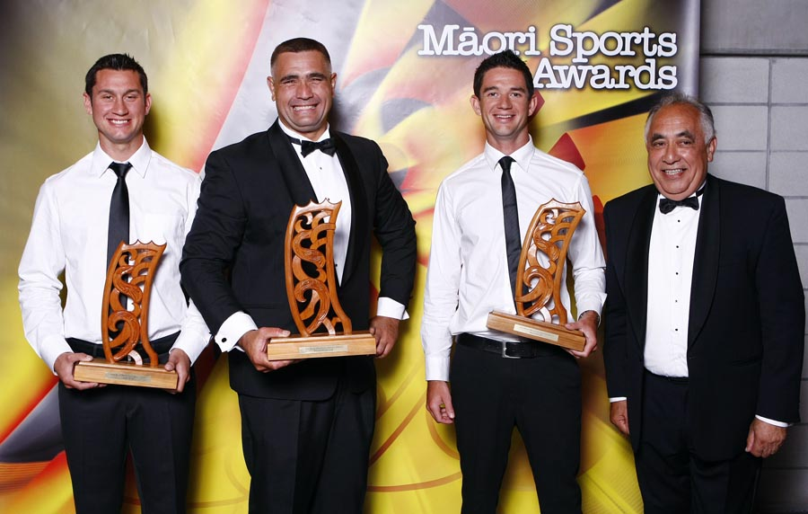Maori World Champions L_R; Jason Wynyard (wood chopping), presenter Leith Comer (CEO, Te Puni Kokiri), Jade and Storm Uru (rowing) with award sponsor Leith Comer. Trillian Trust Maori Sports Awards, Manukau Events Centre, Auckland. Saturday 5 December 2009. Photo: Simon Watts/PHOTOSPORT