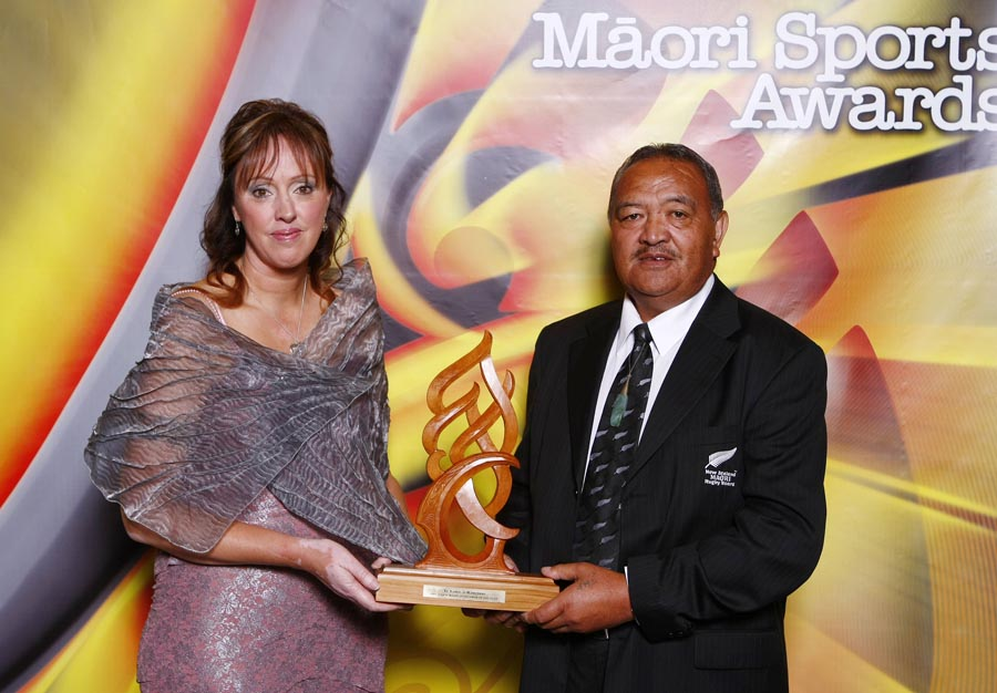 Whetu Tipiwai accepts Junior Sportsman of the Year on behalf of winner Zac Guildford (rugby) with award sponsor Tania Simpson. Trillian Trust Maori Sports Awards, Manukau Events Centre, Auckland. Saturday 5 December 2009. Photo: Simon Watts/PHOTOSPORT