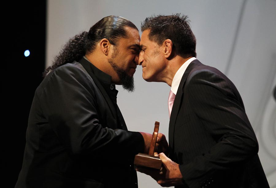 Community Initiative Award winers Te Papa Taakaro o Te Arawa, Te Arawa Pride, presented by SPARC Relationships Manager Maori Dallas Seymour.  Trillian Trust 20th Maori Sports Awards, Telstra Clear Events Centre, Manukau, Auckland, Saturday 4 December 2010. Photo: Simon Watts/photosport.co.nz