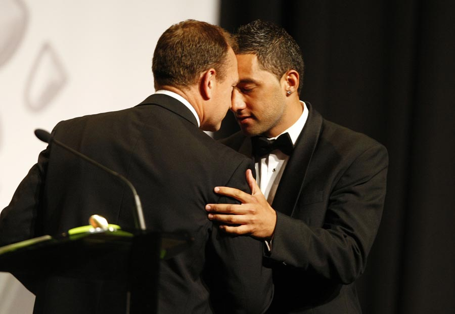 Dean Bell presents Maori Sportsman of the Year Award to Benji Marshall (rugby league). Trillian Trust Maori Sports Awards, Manukau Events Centre, Auckland. Saturday 5 December 2009. Photo: Simon Watts/PHOTOSPORT