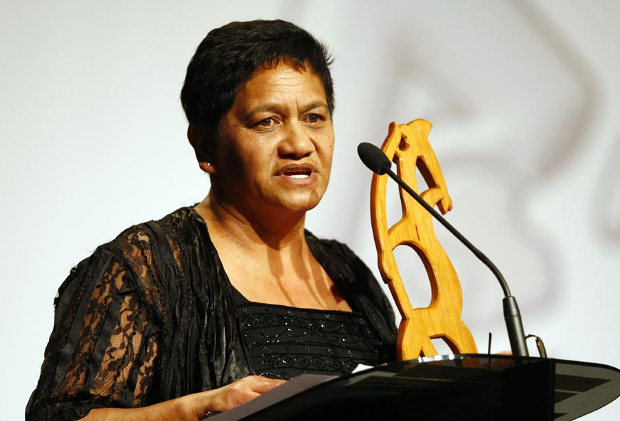 Evelyn Taumauna from the Waipareira Trust presents the Maori Sports Administrator Award. Trillian Trust Maori Sports Awards, Manukau Events Centre, Auckland. Saturday 5 December 2009. Photo: Simon Watts/PHOTOSPORT