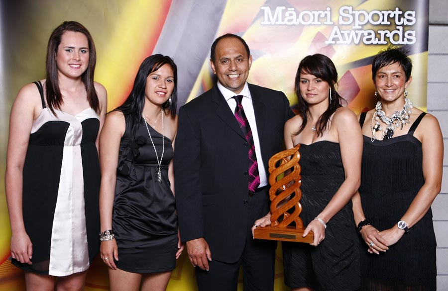 Sports Team of the Year winners Tu Toa Girls Netball Team with award presenter Willy Jackson. Trillian Trust Maori Sports Awards, Manukau Events Centre, Auckland. Saturday 5 December 2009. Photo: Simon Watts/PHOTOSPORT